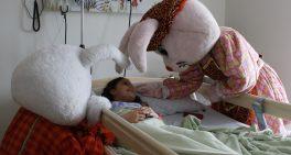 Coelho da Páscoa visita pacientes