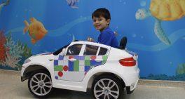 Carrinhos elétricos levam crianças até centro cirúrgico